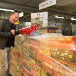 Ron trapt samen met Sinterklaas – het Schoenmaatjes seizoen af met een tour langs een aantal inleverpunten voor de schoenendozen (2015)