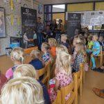 Samen met de basisschool van Nicks dochter Nikki en zoon Julian lanceren Nick & Simon Schoenmaatjes Connected (2017) ©Wendy van Bree Fotografie