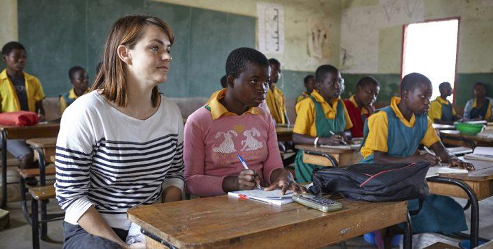 Bomvolle klassen met geconcentreerd schrijvende kinderen…