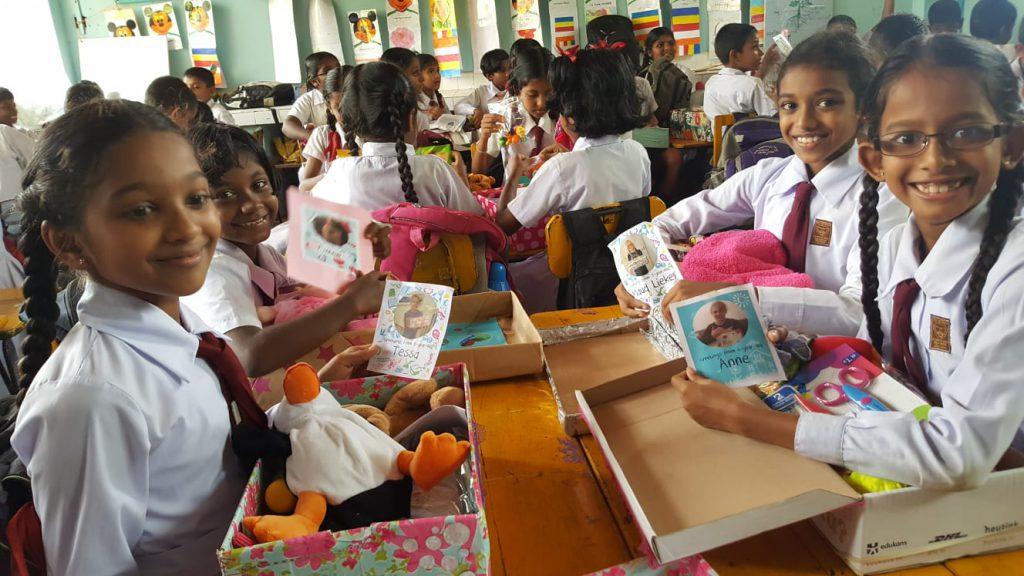 Kinderen krijgen schoenendoos in Sri Lanka