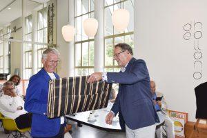 Dichtbundel-Het-Nieuwe-Normaal-overhandiging-directeur-Ron-Rijnbende-Edukans